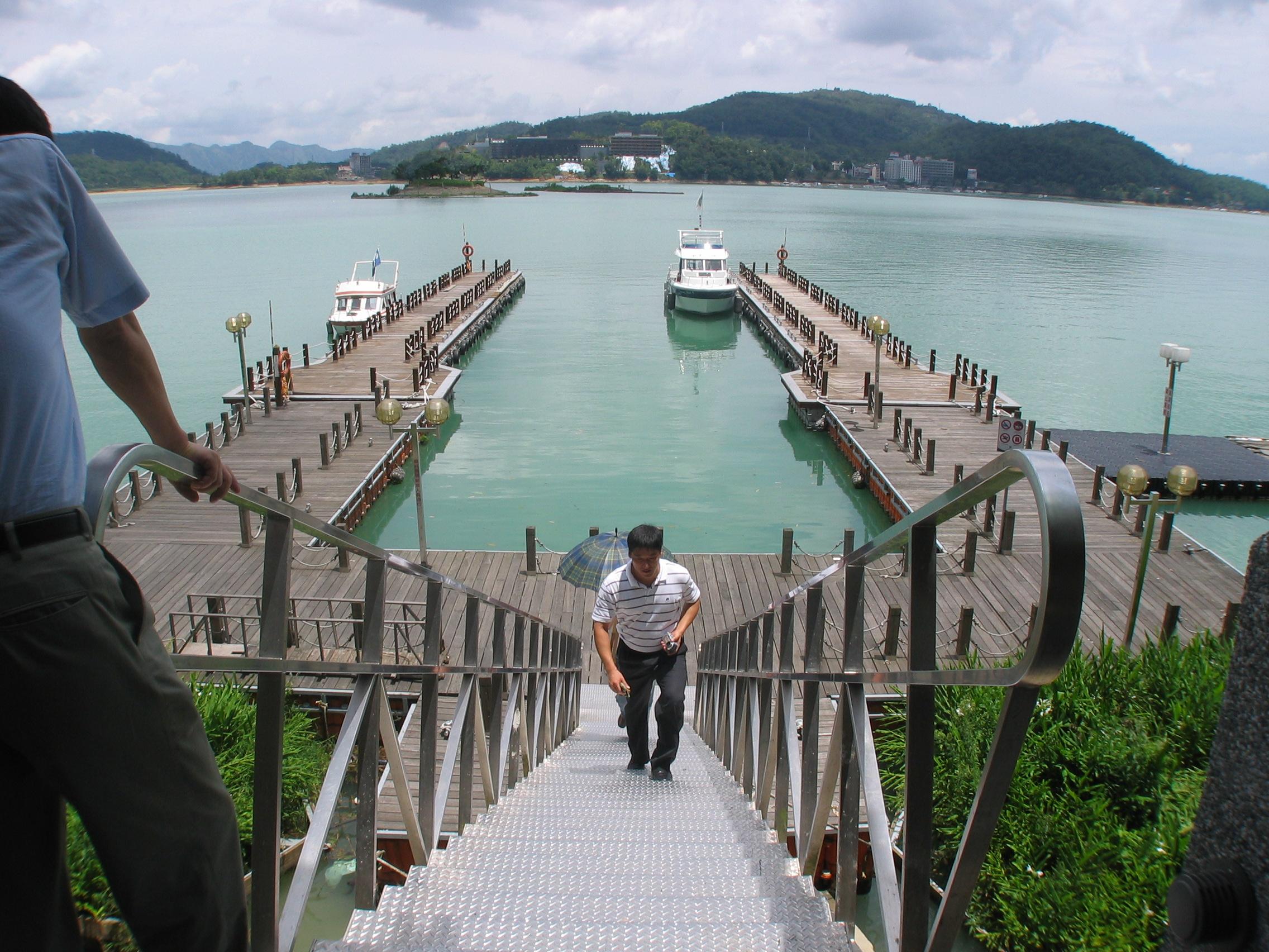 Muelles flotantes modulares cubiera madera